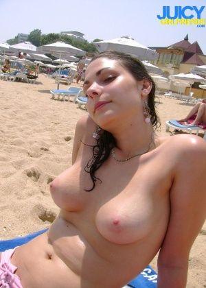 Красивая показывает на пляже сиськи, а дома сосет