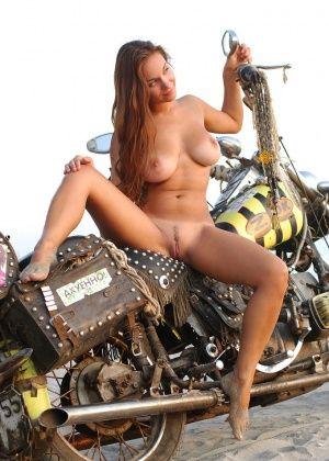 Телочка хочет чтобы ее выебал байкер, может даже не один