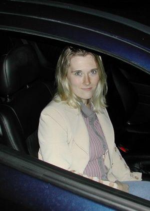 Белокурая милфа сосет в машине