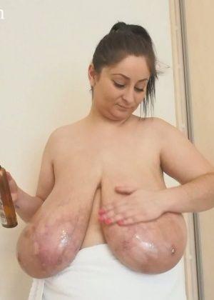 Женщина моет огромные висячие сиськи