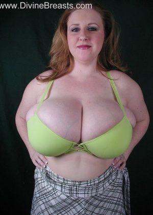 Жирная женщина вывалила сиськи