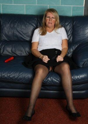 Толстая старуха в кресле с красным дилдо