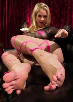 Sarah Vandella дрочит своими красивыми ножками