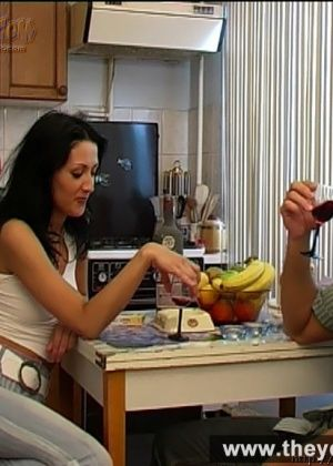 Пьяная русская девка соснула хуец на кухне