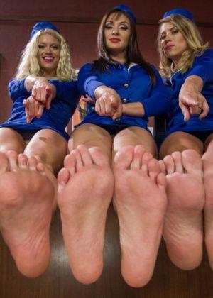 Bella Wilde, Lea Lexis, Bella Bends - Дрочит ножками (футджоб) - Галерея № 3410619