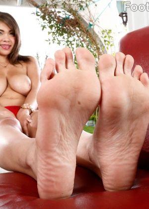 Cassidy Banks, Brooke Wylde - Дрочит ножками (футджоб) - Галерея № 3463468