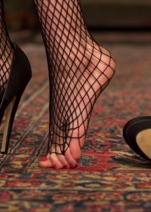 Bella Rossi, Mona Wales, Kip Johnson - Дрочит ножками (футджоб) - Галерея № 3396869