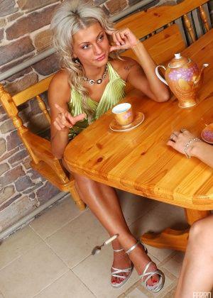 Две прикольные лесбухи ебутся в кафе