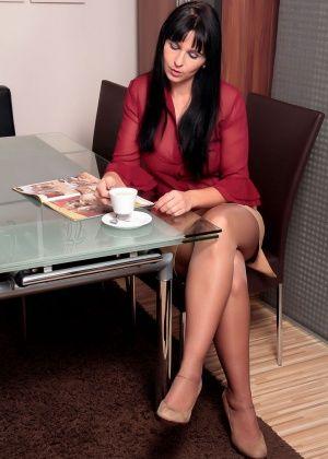 Знойная немка Desyra Noir возбудилась листая порно журнал