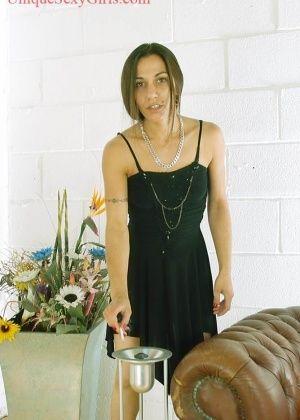 Женщина покурила и обнажила волосатую пиздень