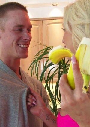 Силиконовая блондинка Nina Elle ебется на кухне