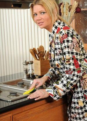 Christina - На кухне - Галерея № 2896033