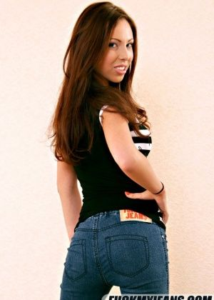 Молодая сняла джинсы и дала полизать и трахнуть себя в очко