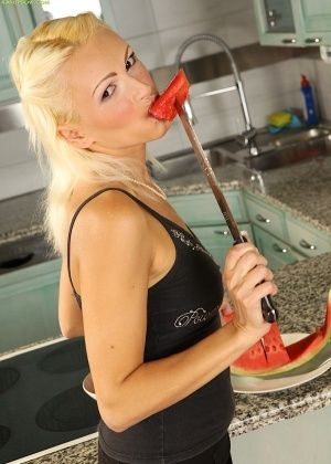 Chrisy Bloom - На кухне - Галерея № 3279465