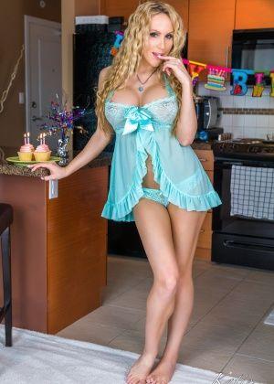Katie Banks слизывает мороженое с хуя