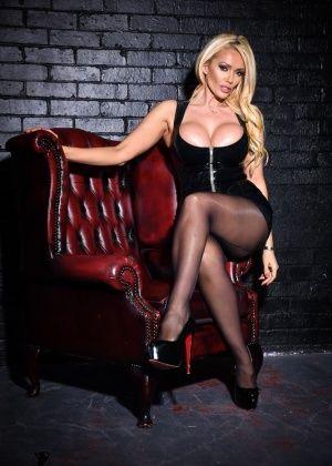 Роскошная блондинка Lucy Zara в колготках, но с голыми сиськами