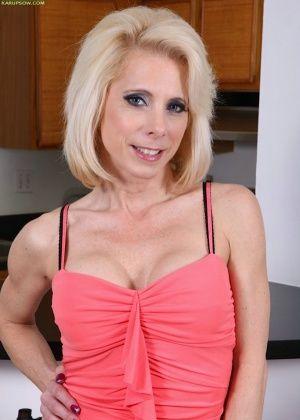 Зрелая блондинка Jenny Mason обнажилась на кухне