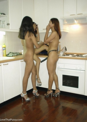 Три голые азиатские массажистки не на работе
