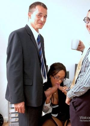 Красивая секретарша ебется с двумя коллегами на работе
