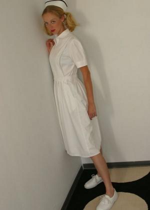 Худая рыжая медсестра приоткрыла киску