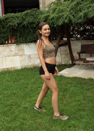 Gina Gershon, Anina Silk - На улице - Галерея № 3550087