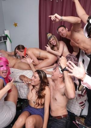 Студентки шалавы ебутся на вечеринке