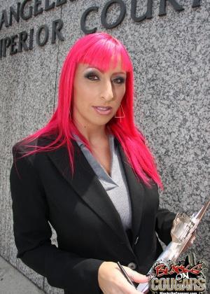 Баба с красными волосами и три длинных черных пениса