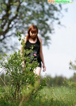 Девушка писает в поле