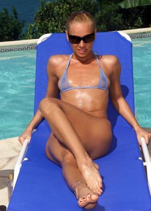 Brea Bennett - В бассейне - Галерея № 3426533