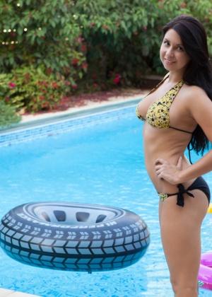 Aubrey Paige - В бассейне - Галерея № 3471636