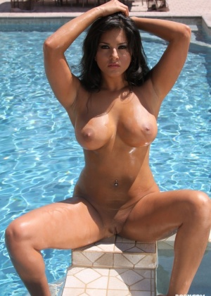 Sunny Leone - В бассейне - Галерея № 2692928
