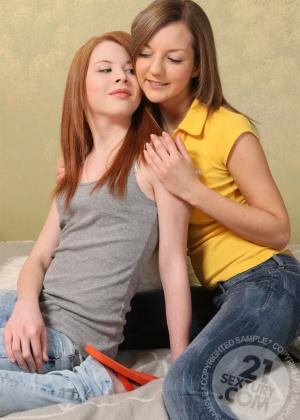 Русские подружки Jolie и Inna лижут и ебут жопки