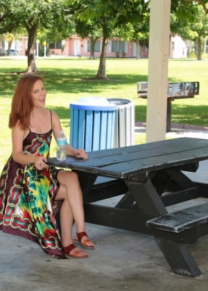 Рыжая Reagan Monroe соблазнила незнакомца в летнем кафе