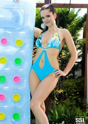 Sandra Shine - В бассейне - Галерея № 2854276