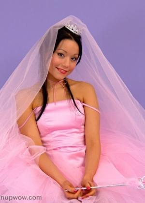 Красивая невестушка в черных чулках