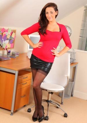 Daisy Watts прекрасно исполняет роль раздевающейся секретарши