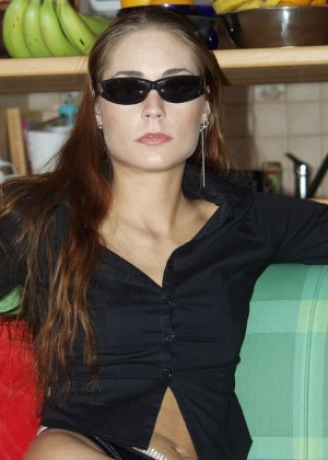 Жена в очках показывает писю и жопу