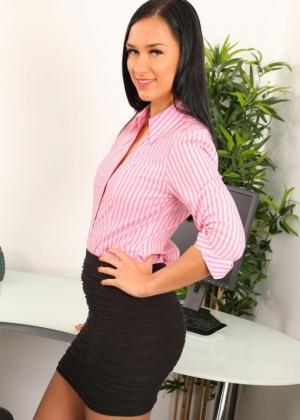На работу секретарша не одевает трусики под колготки