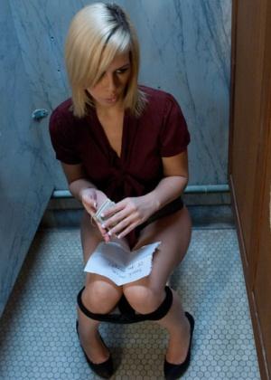Mark Davis, Tara Lynn Foxx - В туалете - Галерея № 3395571
