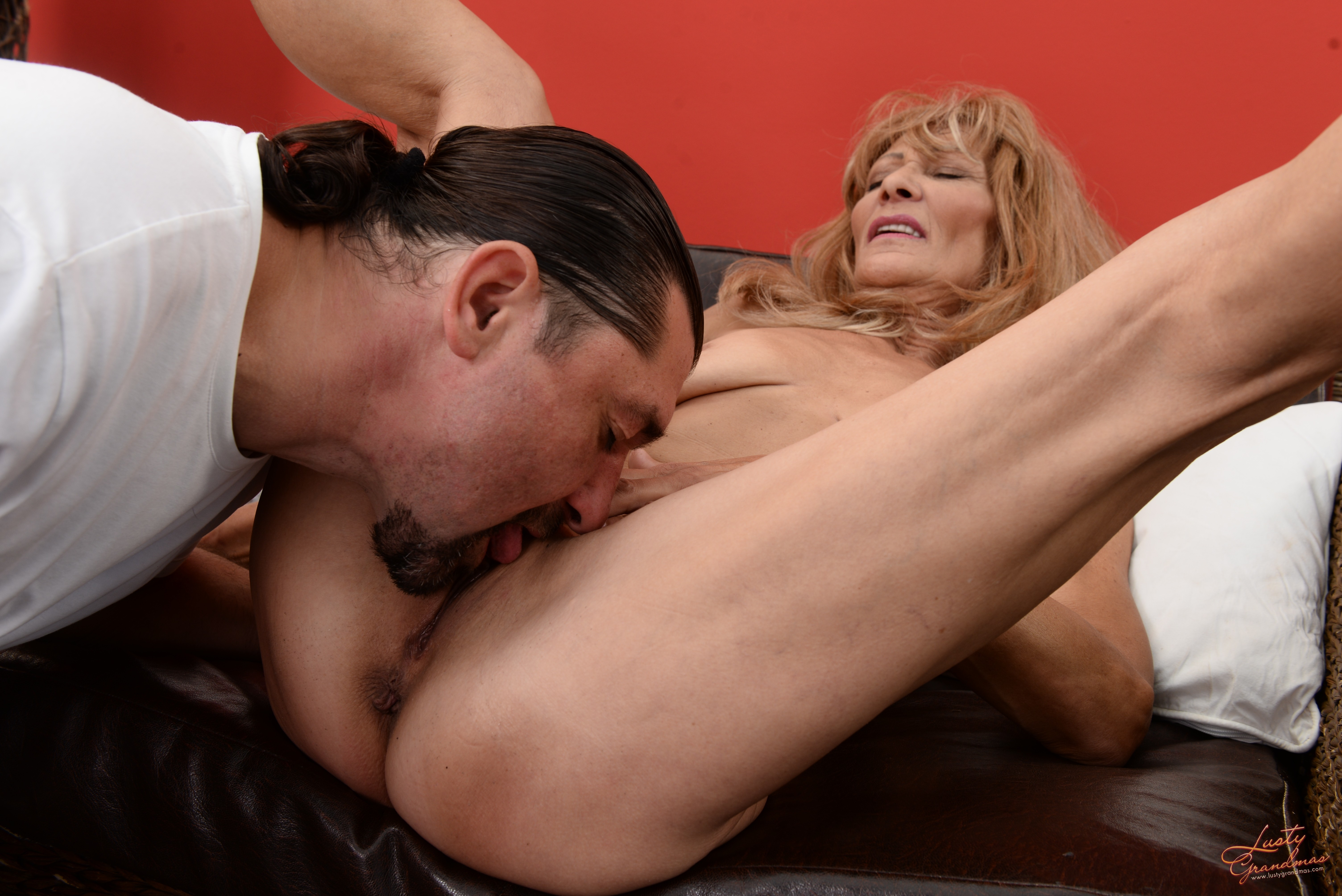 mans-licks-cumout-of-womans-pussy