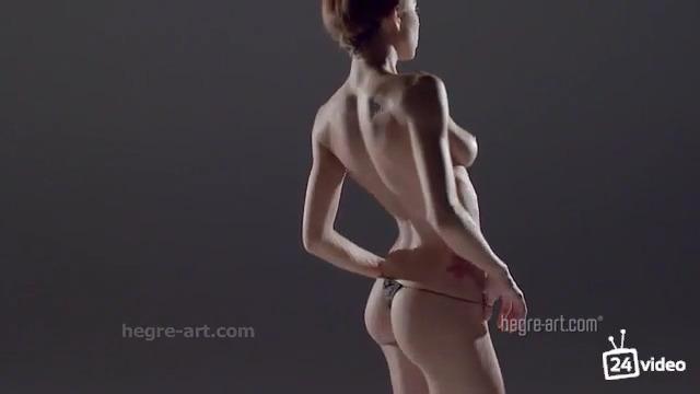 Голая гимнастка танцует под медленную музыку