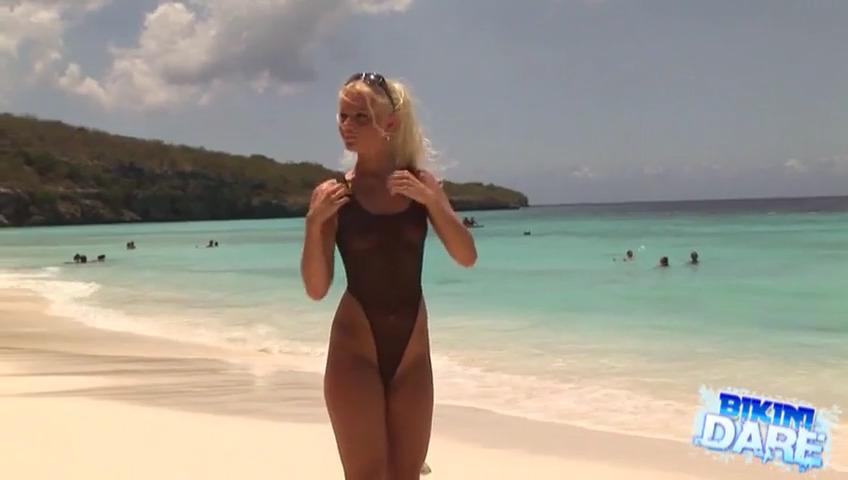 Девушка в прозрачном черном бикини на пляже