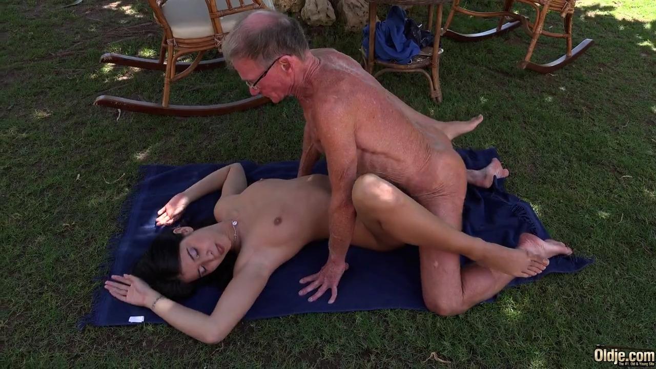 Молодая брюнетка ебется с пожилым мужчиной на его 70-летие