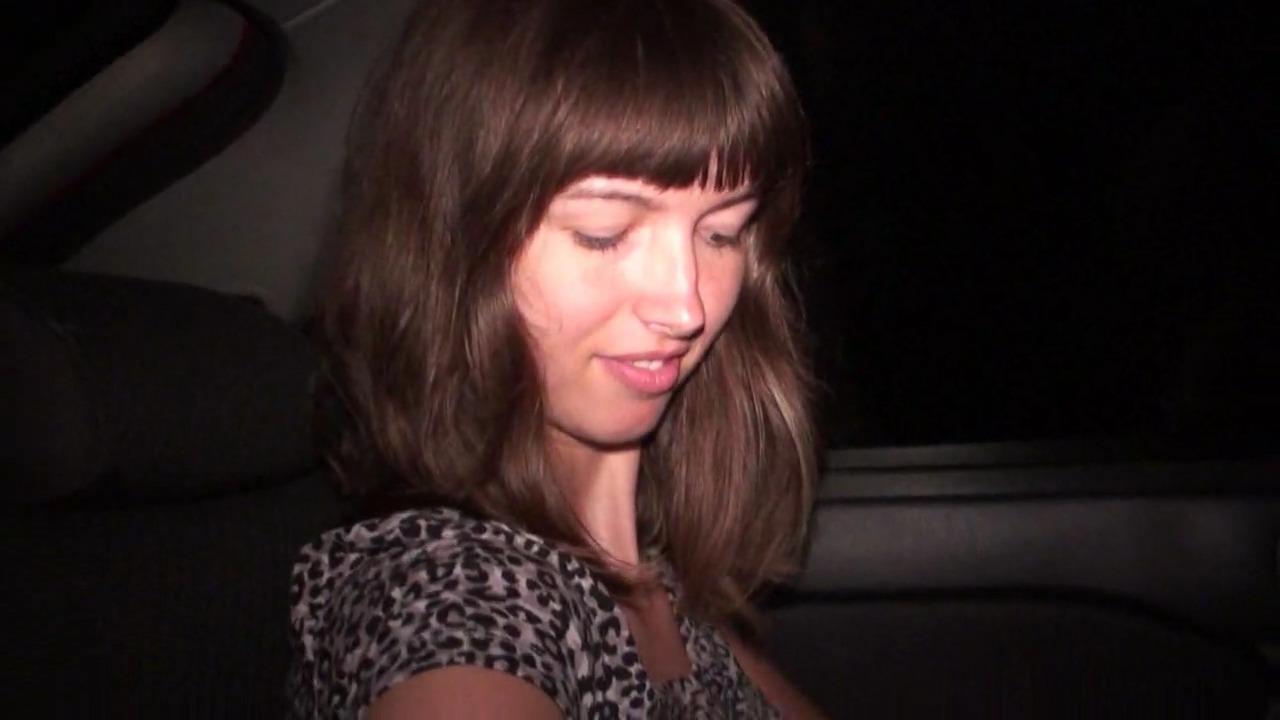 Высунула задницу в окно машины для траха в вагину