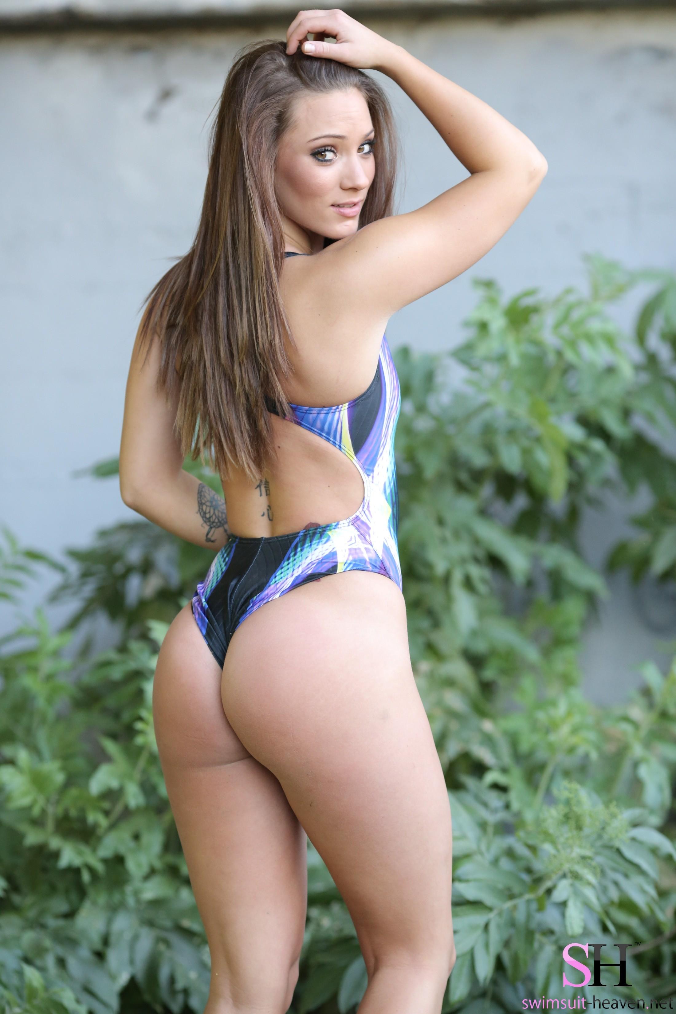Кристин в купальнике
