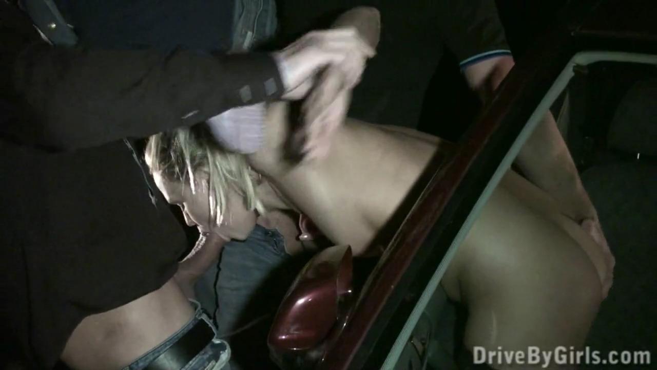 Блондинка разделась в машине и выснула попку в окно