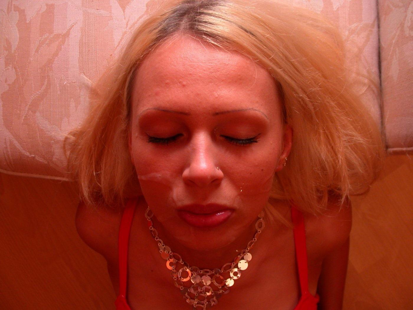 Блондинка в красном нижнем белье сосет член до конца