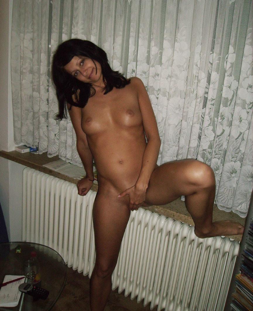 Молодая жена не только сосет и трахается, но и балует себя дилдом