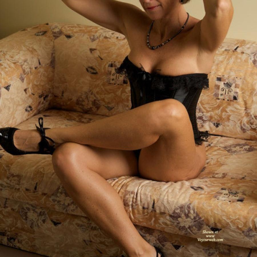 Коротковолосая зрелая дама в корсете