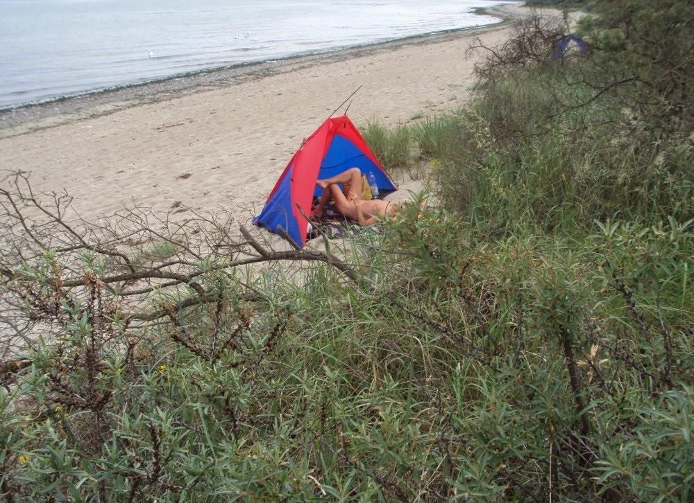 Пожилая блондинка спала в палатке голая